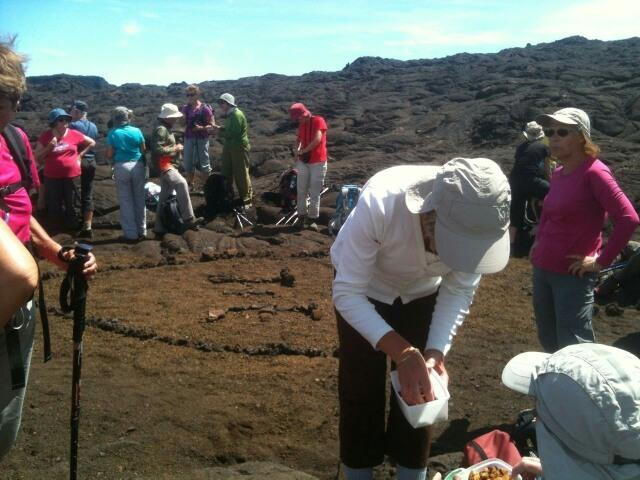 Une pose dans l'ascension du volcan de la Fournaise