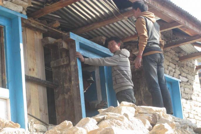 Pose de l'encadrement de la fenêtre avant de reconstruire le mur