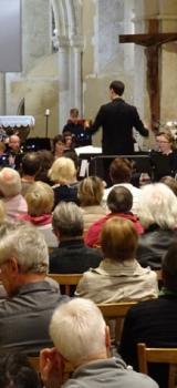Le public apprécie la prestation variée de l'orechestre d'harmonie de Lucé