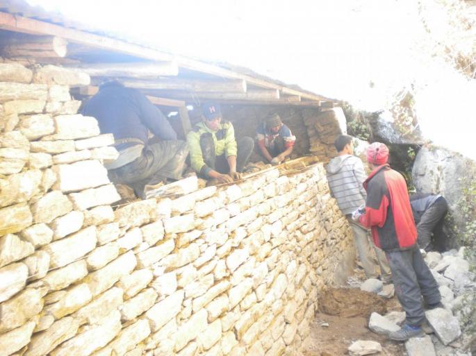 Reconstruction du mur arriére qui avait souffert