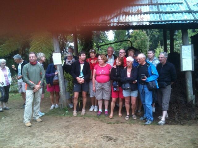 Le groupe en visite dans une distillerie de géraniums